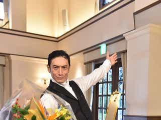 伊勢谷友介、波瑠へ「好きっす!」 髪型への本音も?「サバイバル・ウェディング」クランクアップ