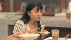 海斗の水餃子を「美味しい!」と食べる優衣「TERRACE HOUSE OPENING NEW DOORS」35th WEEK(C)フジテレビ/イースト・エンタテインメント