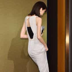 深スリット&大胆背中見せSEXYドレス/桐谷美玲 (C)モデルプレス