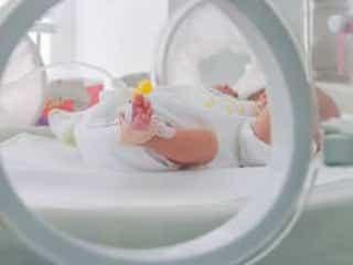 保育器越しの赤ちゃんを見て涙… 2,280gの低出生体重児で生まれて