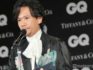 """稲垣吾郎が""""のぞき見"""" お茶目な姿に反響「スクープですね」"""