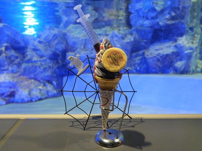 「ハロウィンソフト~注射器を添えて~」510円(税込み)/画像提供:すみだ水族館