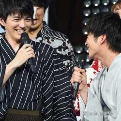 林遣都(左)から「平成最後の満月の夜」に語り合っていたことが明かされ驚く田中圭(右)「本当?本当?」(C)モデルプレス