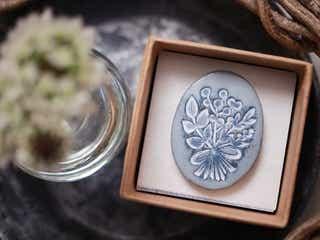 一期一会のデザインが魅力!草花モチーフが可愛い陶器ブローチ