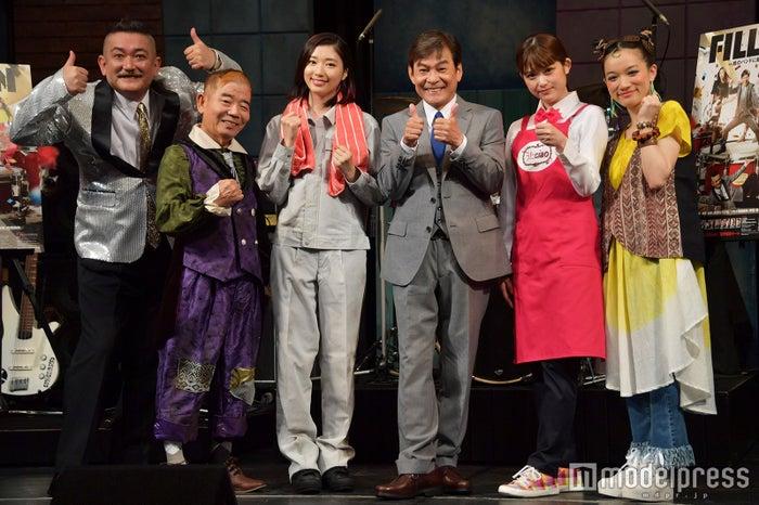(左から)後藤ひろひと、池乃めだか、相楽樹、内場勝則、松村沙友理、千菅春香(C)モデルプレス