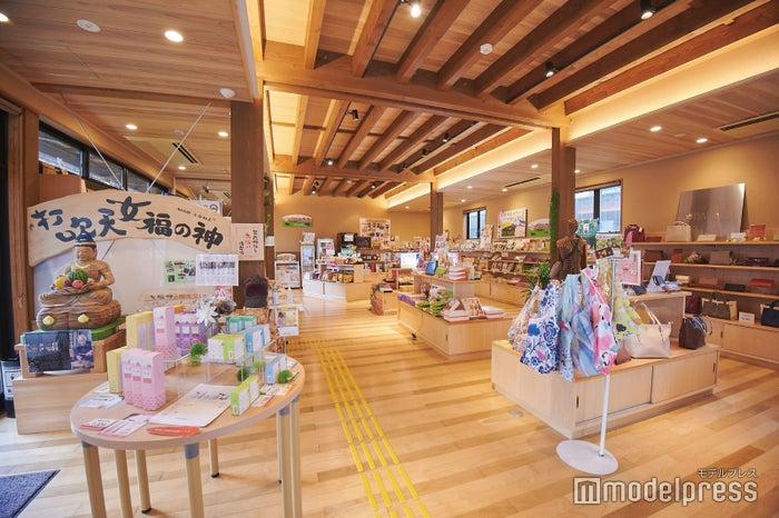 打吹回廊の中にあるお土産ショップ。鳥取の名産品がたくさん!(C)モデルプレス