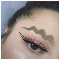 モデルプレス - 「ウェービー眉毛」が衝撃的!インパクト抜群な新ビューティートレンドがSNSで話題