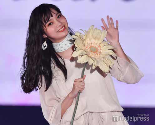 新川優愛、透明感際立つオールホワイトスタイルで魅了<GirlsAward 2019 SPRING/SUMMER>
