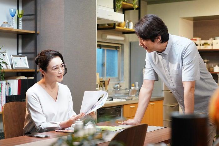 仲間由紀恵・谷原章介/「偽装不倫」第6話より(C)日本テレビ