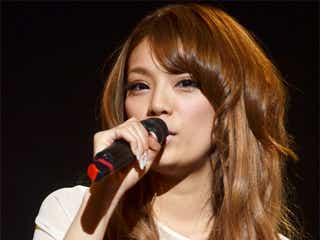アジア歌姫・福田桃代、美脚をあらわに熱唱