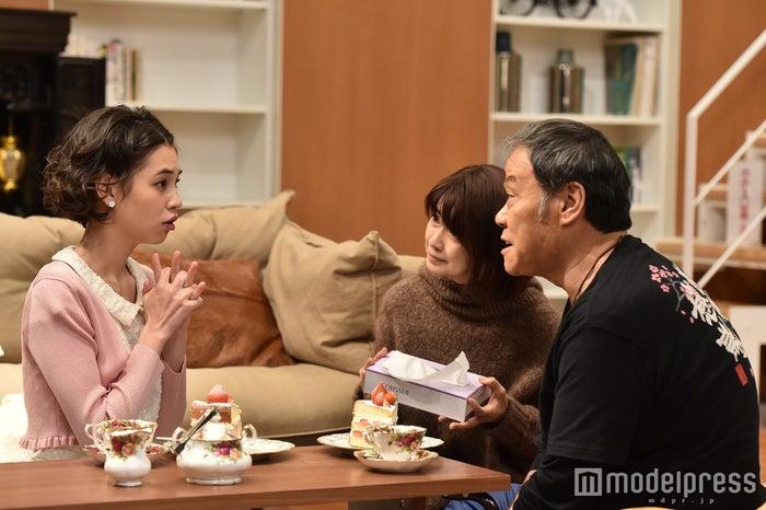 水原希子、風吹ジュン、西田敏行「家族ノカタチ」第4話場面カット/画像提供:TBS