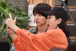 波瑠・ブルゾンちえみ/「サバイバル・ウェディング」第1話より(C)日本テレビ