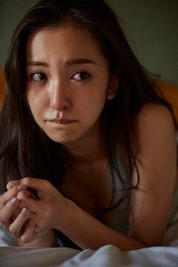板野友美、撮影中に涙 感情入り混じる