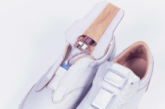 スニーカー内部には臭度と湿度を測定するセンサーが