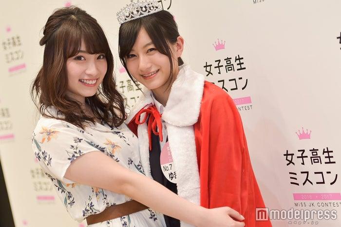 """二代目""""日本一かわいい女子高生""""ゆきゅん(右)をハグする、りこぴん(C)モデルプレス"""