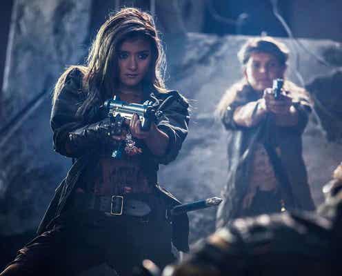 ローラ、ゾンビを撃ちまくる!迫真のガンアクション披露