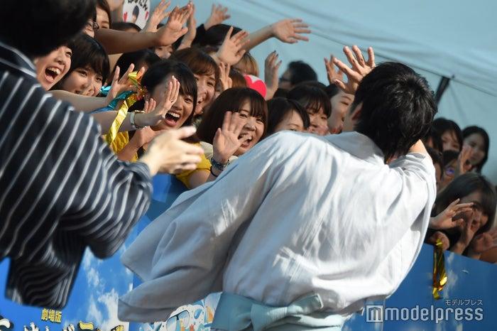 ファンへ手を振る田中圭(C)モデルプレス