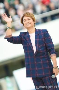 手を振る香取慎吾 (C)モデルプレス