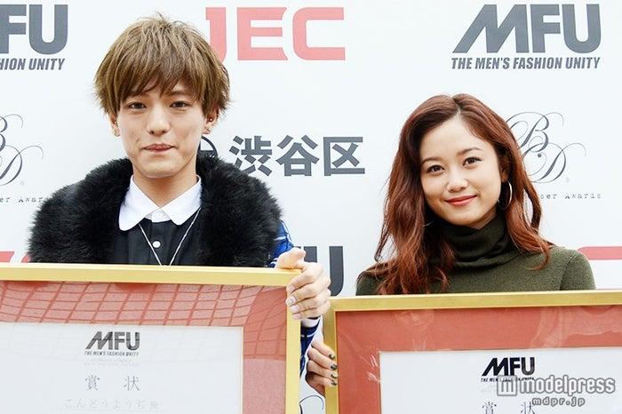渋谷ストリート・ベストドレッサー賞の受賞式に出席した宮城舞(右)、こんどうようぢ【モデルプレス】