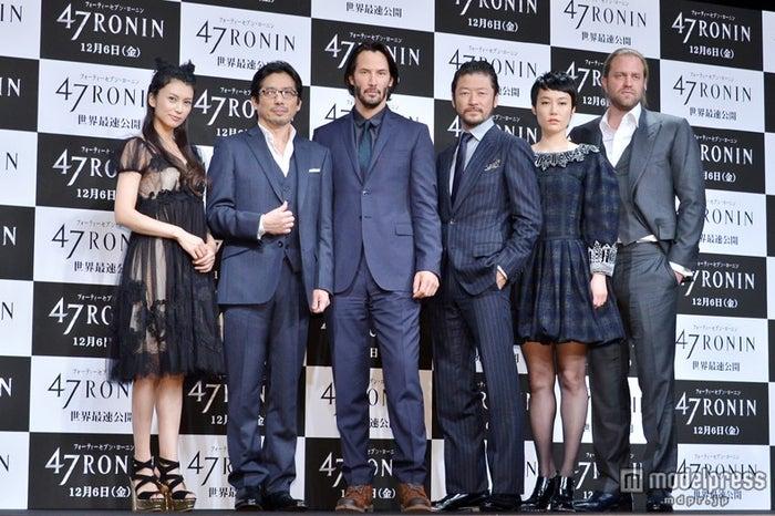 映画「47RONIN」来日記者会見に出席した(左より)柴咲コウ、真田広之、キアヌ・リーブス、浅野忠信、菊地凛子、カール・リンシュ監督