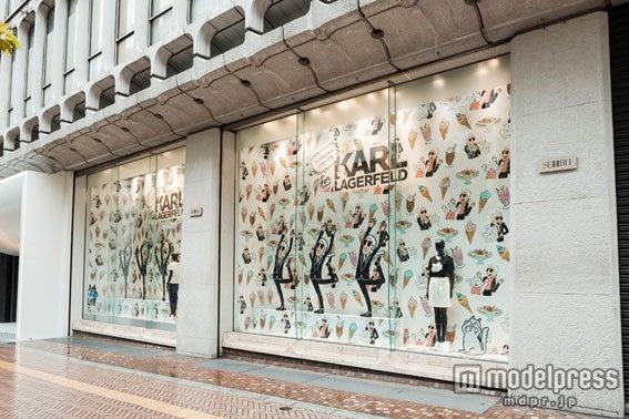 カール・ラガーフェルド×ティファニー・クーパーが西武渋谷店のウィンドウに登場!