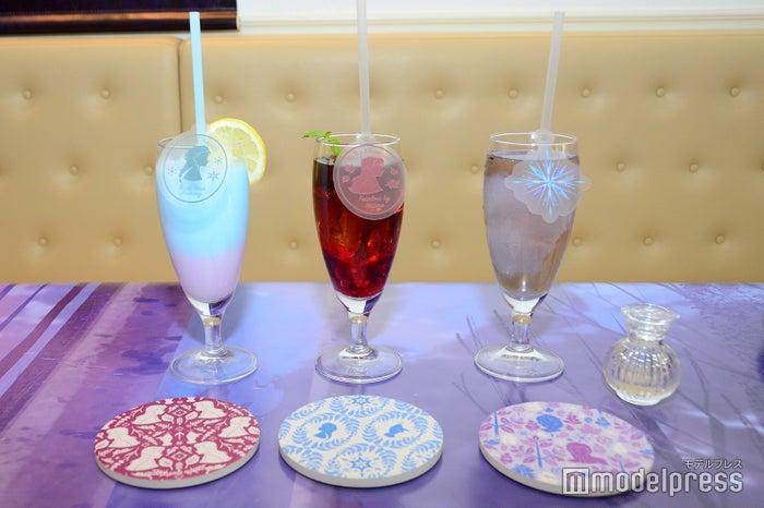 <エルサ>爽やかレモンスムージー、<アナ>すっきりベリーベリーティー、<アナと雪の女王2>魔法のブルーマロウティー 990円/コースター付 1,690円(C)Disney(C)モデルプレス