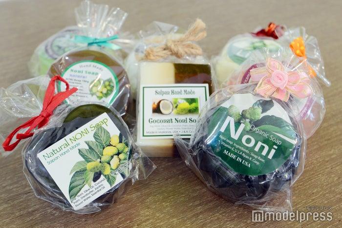 鎮静効果があると言われる植物ノニの成分を含むノニ石鹸もサイパン土産に人気(C)モデルプレス