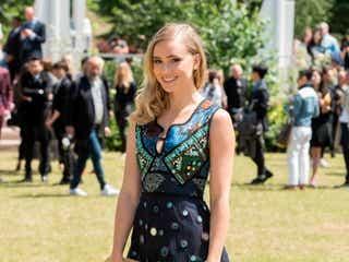スキ・ウォーターハウス、キュートなミニドレスでファッションイベントに登場