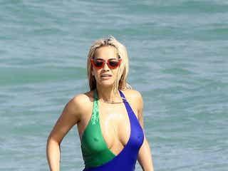 バカンス中のリタ・オラ、ちょっと恥ずかしい水着姿