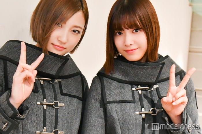 モデルプレスのインタビューに応じた志田愛佳(左)と渡邉理佐(右)(C)モデルプレス