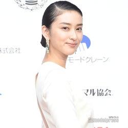 武井咲、第1子出産後初の公の場 美背中あらわなドレス姿で登場