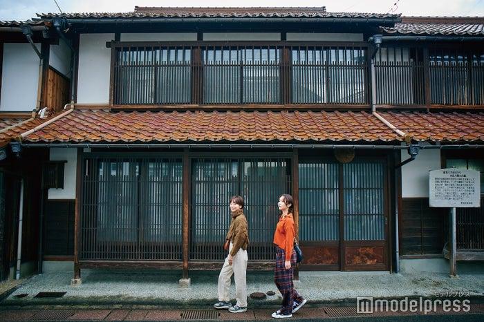 なんだか江戸時代にタイムスリップしたかのような雰囲気が楽しめる赤瓦の家々(C)モデルプレス