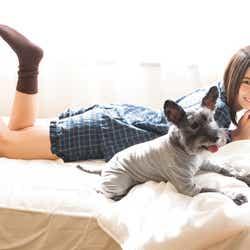 モデルプレス - 日向坂46小坂菜緒、美脚輝くパジャマ姿に胸キュン