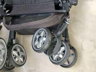軽率な行動を大後悔…ベビーカーに子どもを2人乗せたらタイヤが破損して