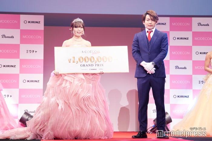 賞金は100万円/(左から)沖野珠美さん、鵜池航太氏 (C)モデルプレス