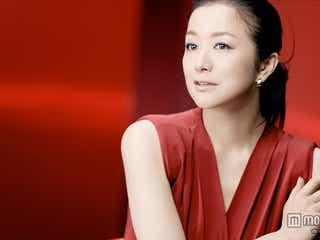 鈴木京香、真っ赤なドレスで色白美肌を披露