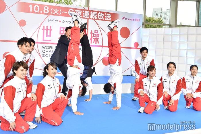 谷川兄弟と倒立でフォトセッションに参加する知念侑李(奥) (C)モデルプレス