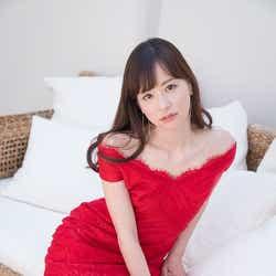"""モデルプレス - 皆藤愛子、真っ赤なワンピで美脚披露 """"布団でおやすみ""""ショットも"""