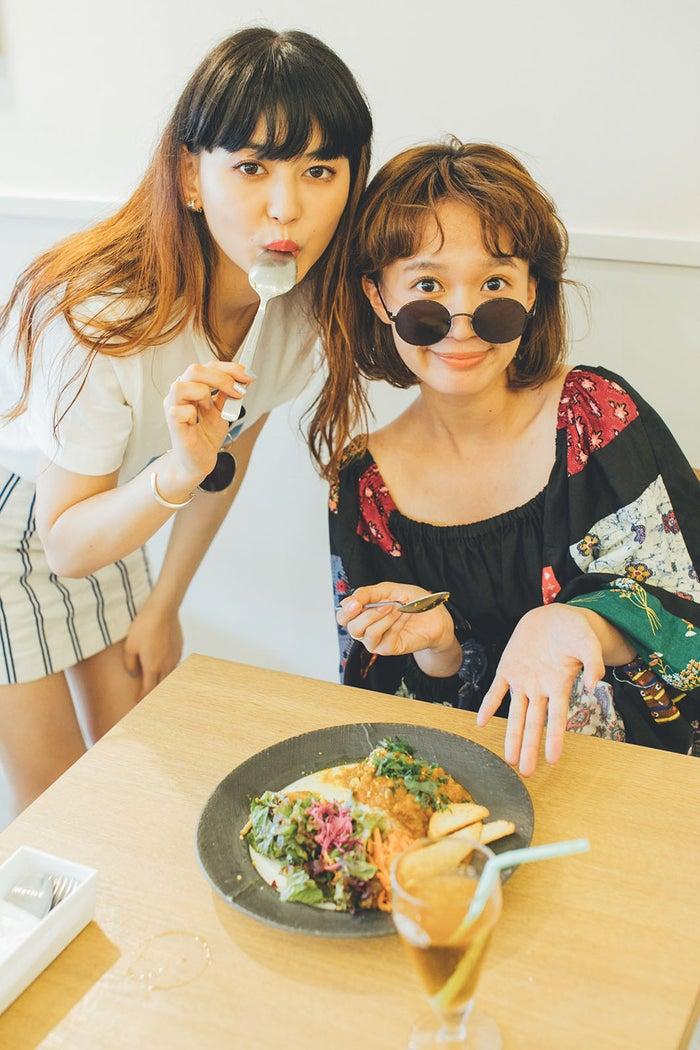 菅沼ゆり&柴田紗希が名古屋でスパイスカレーを食す (写真提供:MBS)