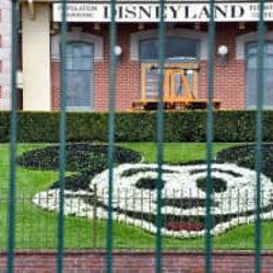 米ディズニー、従業員10万人超の給与支払いを停止へ 新型ウイルスの影響
