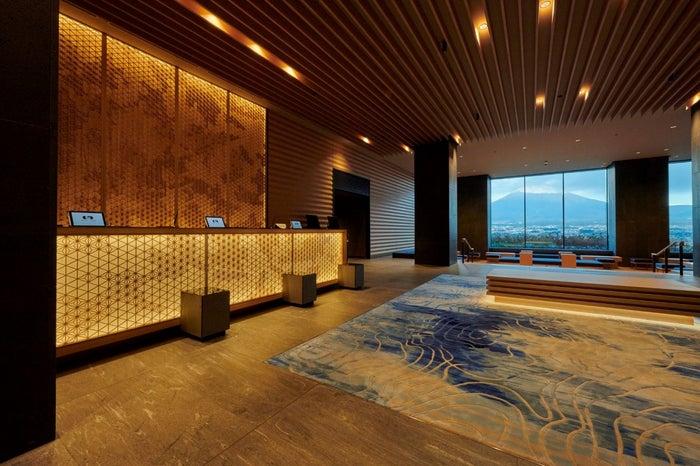 『HOTEL CLAD』富士山を望むフロント・ロビー/画像提供:小田急リゾーツ