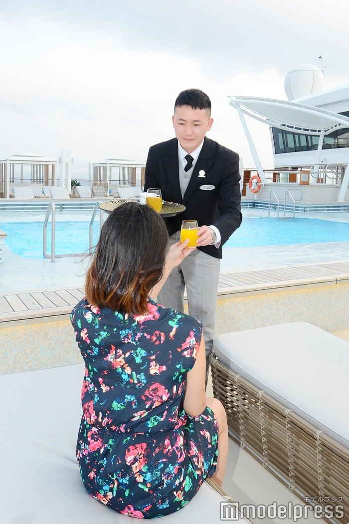 バトラーに頼めば『パレス』プールで無料で何杯でもカクテルを楽しめる(C)モデルプレス