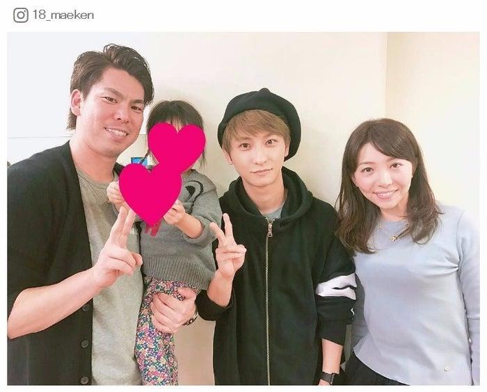 (左から)前田健太投手、前田投手の娘、與真司郎、成嶋早穂(前田健太Instagramより)