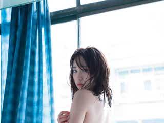 """AKB48高橋朱里、ショーツ1枚で美ヒップあらわ """"勝負カット""""解禁「簡単にはいきませんでした」<曖昧な自分>"""