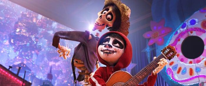 ヘクターとガイコツのメイクをしたミゲル(C)2018 Disney/Pixar. All Rights Reserved.