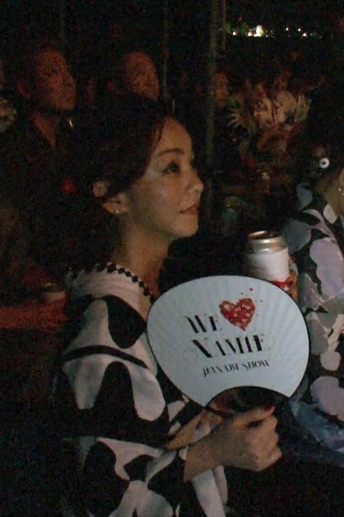 引退日に花火大会を観覧する安室奈美恵(提供写真)