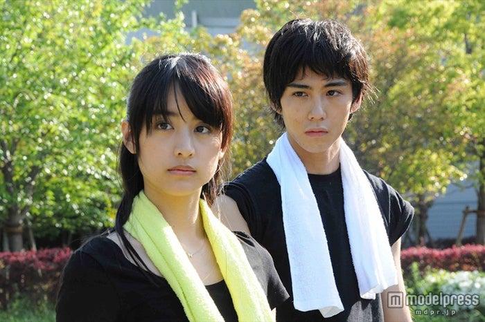 「恋するエスパー」に出演する山本美月(左)
