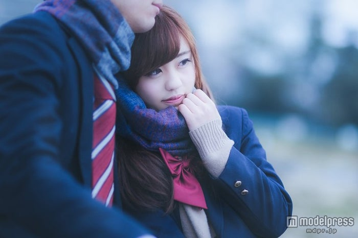 「ずっと一緒だよ…」彼のマフラーをぎゅっと掴んだ女子高生」写真素材ぱくたそ/モデル 河村友歌