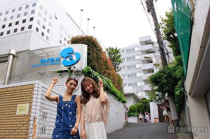 候補者を激励した(左から)加治ひとみ、西川瑞希【モデルプレス】