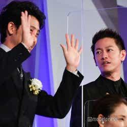 ムービー撮影で手を振る大泉洋とそれを見守る佐藤健 (C)モデルプレス